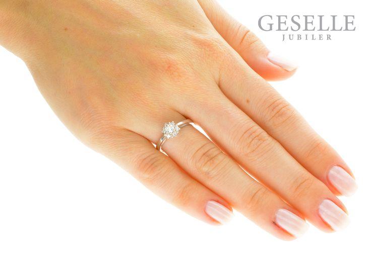 Wyjątkowy pierścionek zaręczynowy z białego złota z siedmioma brylantami w kształcie kwiatu - GRAWER W PREZENCIE | PIERŚCIONKI ZARĘCZYNOWE \ Brylant \ Białe złoto od GESELLE Jubiler