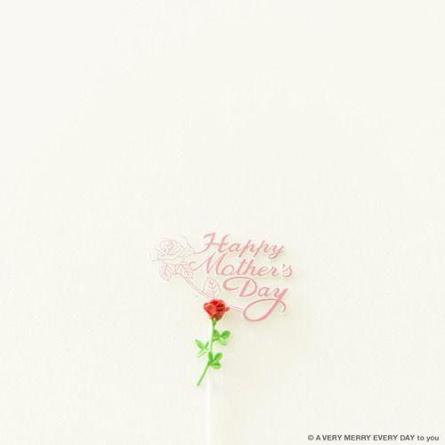 母の日...  母の日 5月第2日曜日  月の第日曜日は母の日です  これはケーキに立てる飾りで わりと大きいサイズです それにミニチュアのバラを合わせました  カーネーションではなくてバラの花です イギリスでも母の日には花を送るそうですが ラッパスイセンなんです タイではジャスミン オーストラリアでは菊の花 フィンランドではミニバラなどなど 国によっていろいろなんですね 岡尾美代子