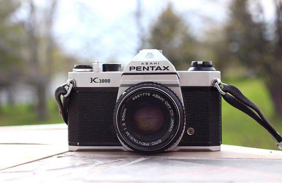 Caméra Pentax K1000 à mise au point télémétrique fabriquée dans les années 70, en bon état. L'appareil est en bon état physique, mais na pas été essayée. Je ne peux pas garantir son utilisation, mais fait une très belle pièce de collection. Lappareil se déclenche et a une bandoulière en tissu. Pourrait faire un beau cadeau pour quelquun qui a une collection de caméra ou aurait fière allure comme décor pour la maison