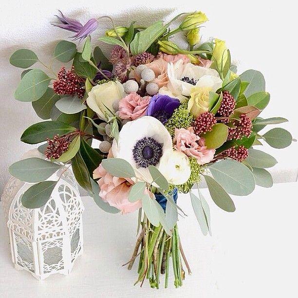 Анемоны, ранункулюсы, розы и васильки www.lacybird.ru/ #flower #bouquet
