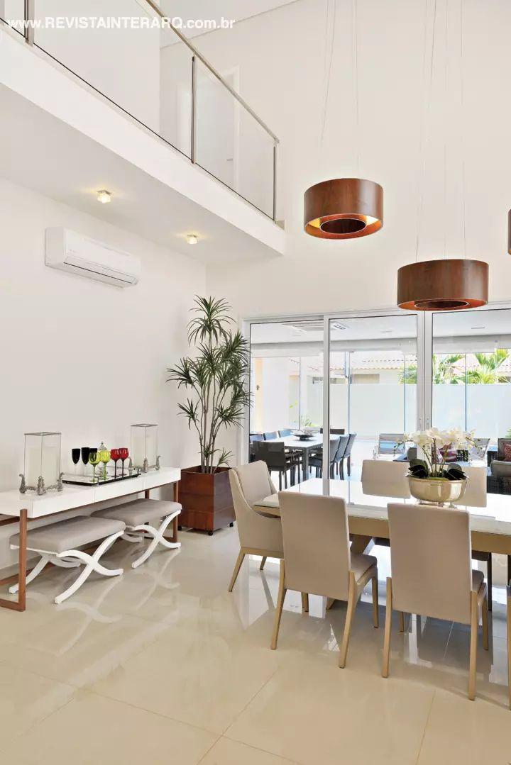 O espaço gourmet foi climatizado e integrado ao social da casa para compor um grande ambiente de festas. Cores sóbrias, como o preto do granito São Gabriel da bancada, e o cinza dos móveis em alumínio e fibra sintética (Copav), imprimiram um ar elegante. Os armários planejados são da Florense