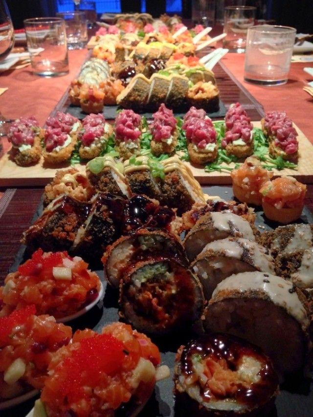Une table remplie de sushis originaux lors d'une soirée Sushi à la maison.