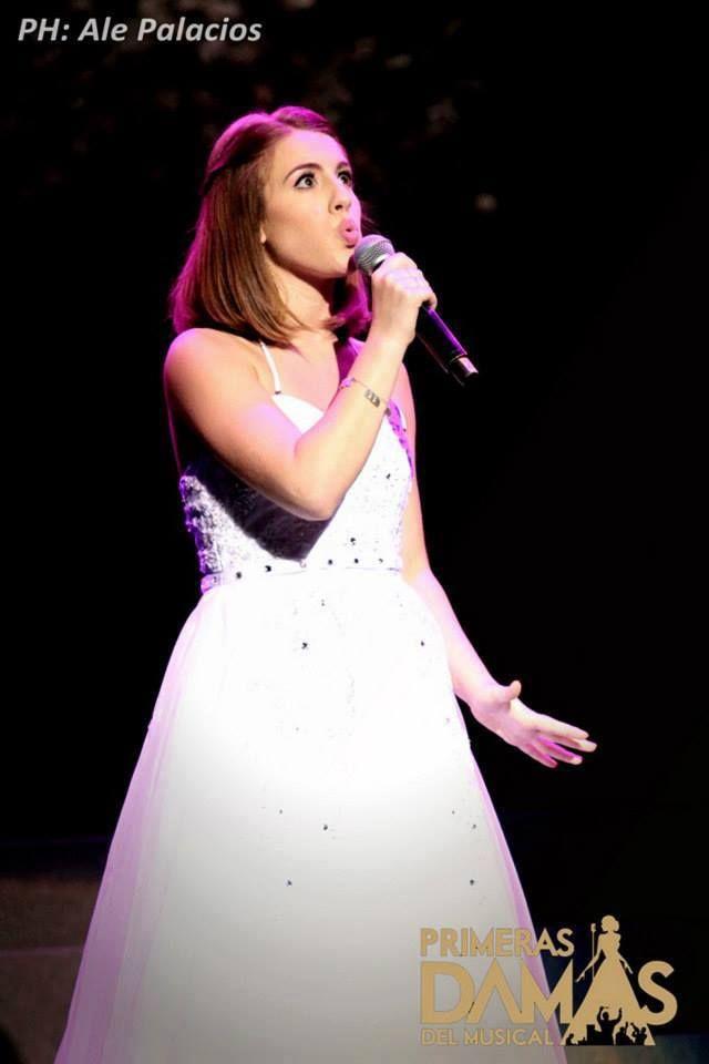 Amo las caras que hace cuando canta c':
