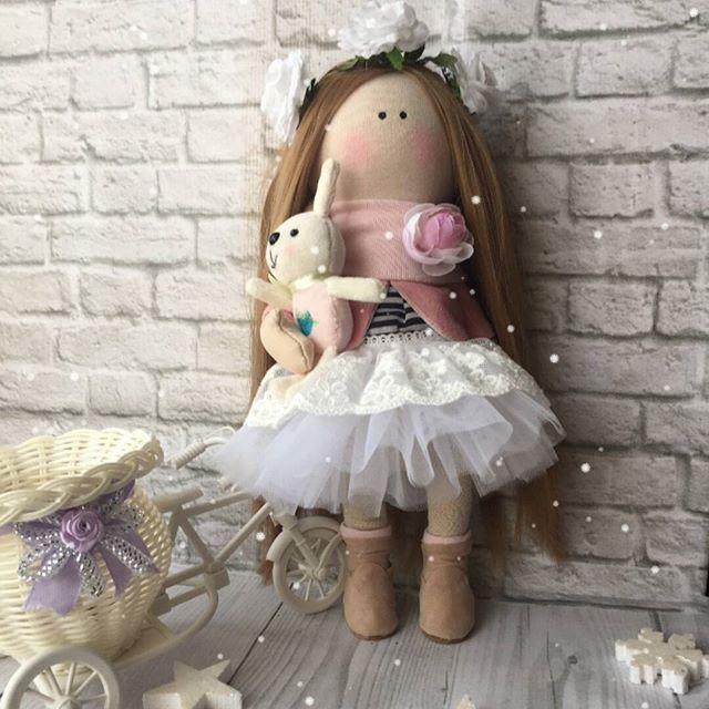 Все ещё приобретаете однотипных плюшевых мишек в подарок своим близким? А ведь эта игрушка может стать лучшим другом на всю жизнь😌 @mi_mi_lavka поможет вам в выборе лучшего друга☺ Зайка-тильда или кукла по образу вашего ангелочка, сделанная своими руками👆🏽 станет лучшим подарком на любой праздник🎁🎉 И помните, друзья - это та семья, которую вы можете выбрать сами☺❤.