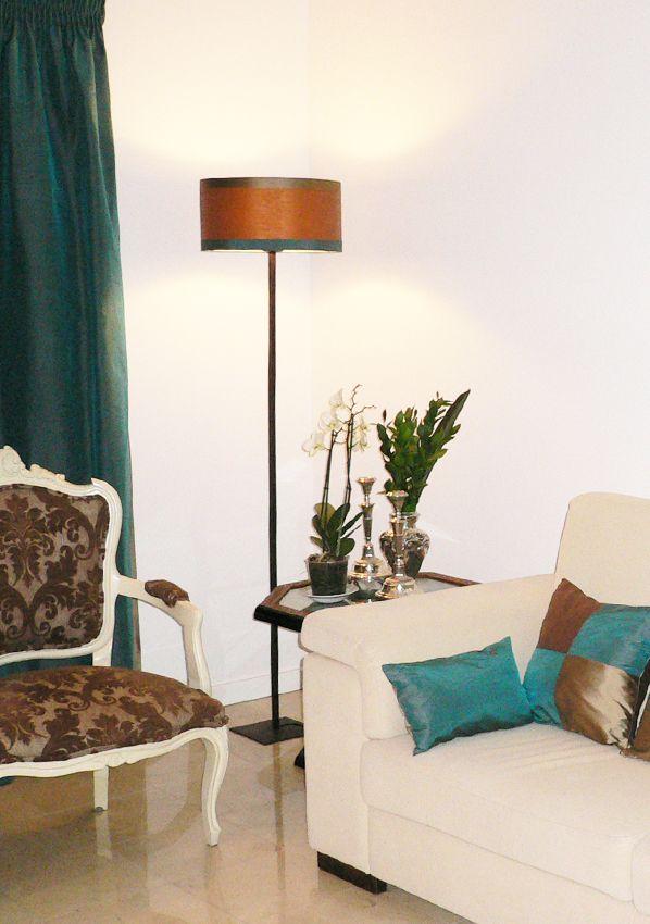 Candeeiro de pé e abat-jour castanho com tiras - Quinta da Luz