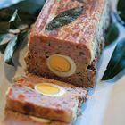 Gehaktbrood met hardgekookt ei, uit het kookboek 'Winter in de Alpen' van Manuela Darling-Gansser. Kijk voor de bereidingswijze op okokorecepten.nl.