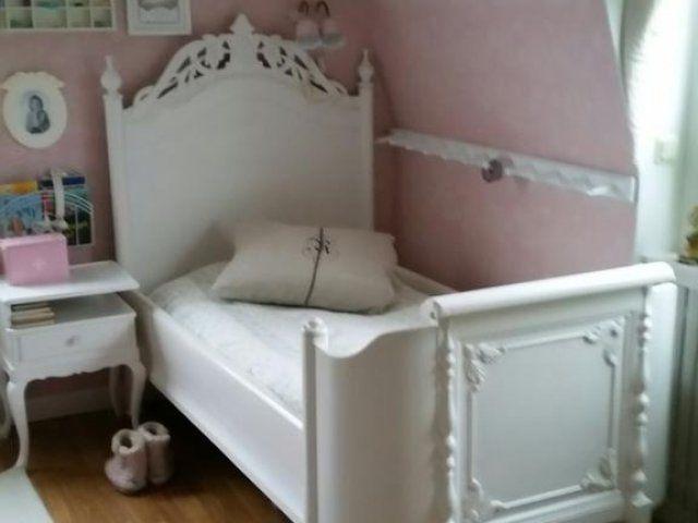 Nu säljer vi vår antika vitmålade säng som har en huvud gavel som är ovanlig och mycket fin. Den har varit utdragbar från början. Men dom som vi köpte den ...
