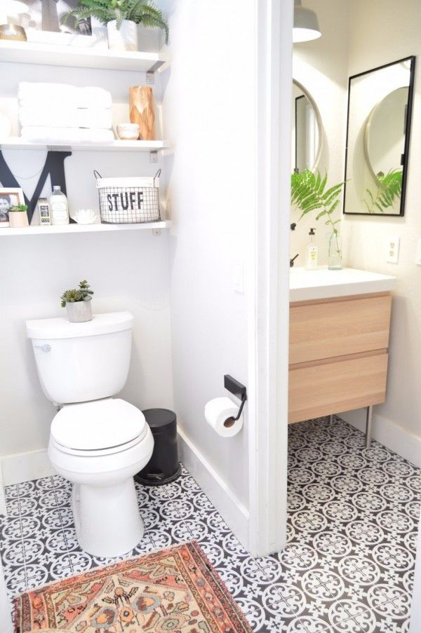 Relooking d'une salle de bain avec du carrelage adhésif imitation carreaux de ciment pour le sol