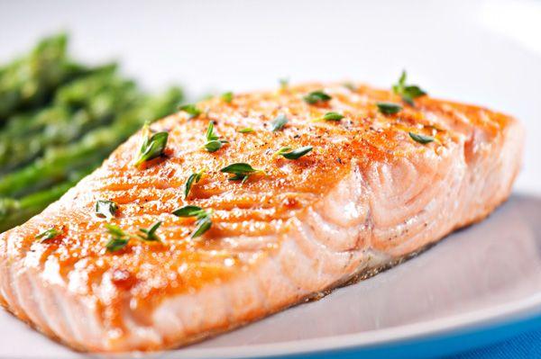A hal a világ egyik legegészségesebb eledele, ezért legalább egy héten egyszer illesszük be étrendünkbe.        Mi imádjuk bármilyen formában, de az alábbi pácolt lazac levett a lábunkról. Készítsük el zöldséges körettel ebédre, vagy varázsoljunk belőle egy