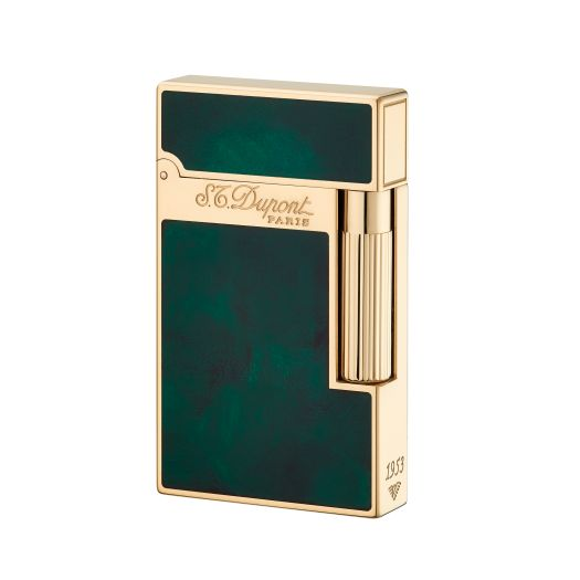 Inspired by rare heritage skills dating back to S.T.Dupont's origins, our artisans revive unique lacquering techniques to bring the Atelier range of lighters to life with emerald green lacquer applied by hand, layer by layer, to create a perfect finish. F