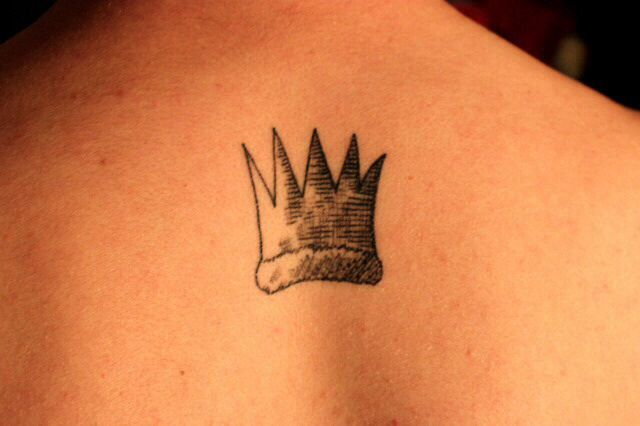 Crown tattoos on finger - photo#44