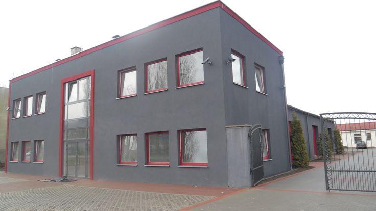 """Nowy budynek biurowy, świetnie zlokalizowany w Gdańsku w pobliżu stadionu PGE Arena Gdańsk, Obiekt dwu kondygnacyjny o powierzchni 280 m2 (każda o powierzchni 140 m2), na każdej z kondygnacji dwa pomieszczenia """"open space"""" z dzielącą je przestrzenią recepcyjną, toaletą (toalety przystosowane dla osób niepełnosprawnych) oraz pomieszczeniem gospodarczym lub do wykorzystania na archiwum. Więcej szczegółów na naszej stronie www.toplocus.pl"""