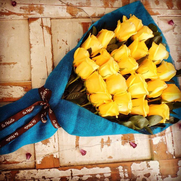 Juntos:  Bouquet de 25 rosas de exportación en cuatro niveles.  Atado con wrap de tela y cinta. Solicítalo ya: Teléfono +571 2159030 - 3053336786o al correo electrónico clientes@lapetala.com.   Precio: $ 120.000