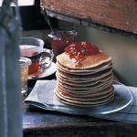 Frittella da servire con confetture, burro, miele e sciroppo d'acero, i pancake sono tipici della colazione nordamericana. Prova la ricetta di Sale