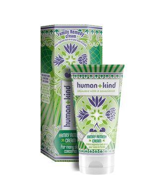 Nieuw bij Cosmania: de award-winning all-in-one Family Remedy Cream van Human+Kind! De Family Remedy Cream is een echte probleemoplosser geschikt voor het hele gezin. De crème kalmeert, verzacht en vermindert de verschijning van: eczeem, psoriasis en acne. Het doet wonderen op een droge, gebarsten en gevoelige huid, bij lichte brandwonden, jeuk en branderigheid na het scheren, doorliggen, voetschimmel, insectenbeten en-steken, broze nagels en zonnebrand! Alle producten van Human+Kind zijn…