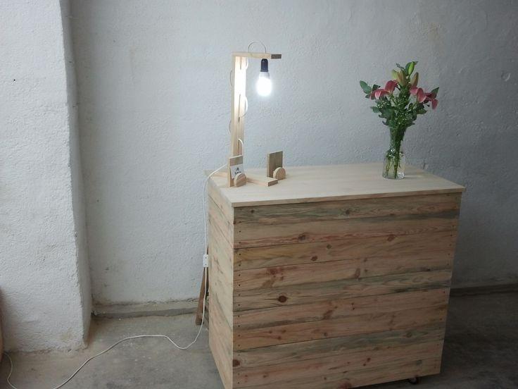 Mostrador y l mpara hechos con madera de palets recicla - Lamparas con palets ...