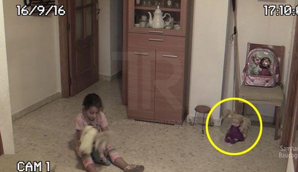 Seram! Video kepala patung & objek di atas meja tiba-tiba bergerak sendiri   Video seorang kanak-kanak diganggu makhluk halus di kediamannya pada 16 September 2016 lalu viral di media sosial membuatkan ramai netizen meremang bulu roma.  Seram! Video kepala patung & objek di atas meja tiba-tiba bergerak sendiri    Berdasarkan video rakaman dari kamera litar tertutup (CCTV) pada jam 5.10 petang kanak-kanak perempuan berkenaan dilihat sedang bermain dengan dua anak patungnya di ruang legar…