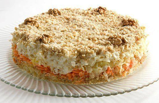 Овощной салат: Ингредиенты:  Картофель — 4 штуки; Морковь — 2 штуки; Яйца — 5 штук; Капуста белокочанная — 250 грамм; Грецкие орехи — 1 стакан; Майонез по вкусу.
