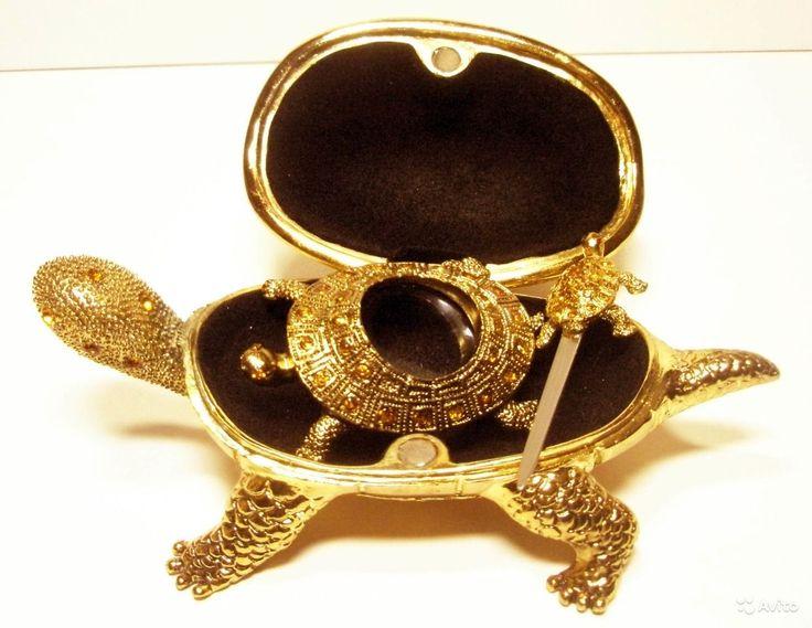 Красивая Черепаха-Шкатулка Аксессуары для Письма. Внутри большой черепахи, на черном бархате, уместились увеличительное стекло и ножичек для вскрытия конвертов, также, в виде красочных, симпатичных черепашек.  Размеры: большая черепаха - длина 13,5 см, высота 7 см  увеличительное стекло - 6 см х 3,8 см ножичек - длина 6,5 см Вес: 720 г !!