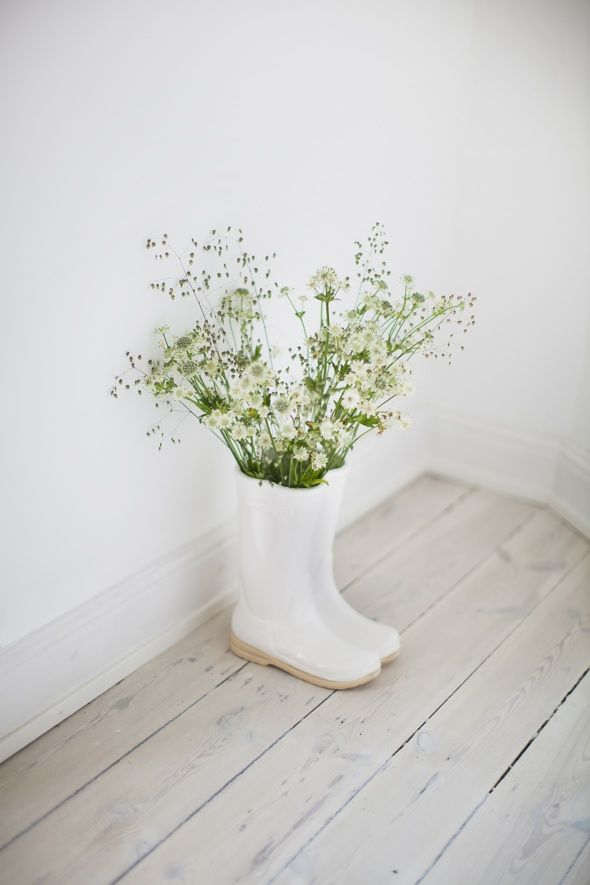 | DIY: Use your old rainning boots as flower vasels, by introducing vessels insiste them. |