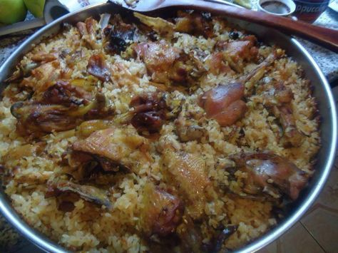 Υλικά 1 κοτόπουλο σε μερίδες 500γρ. ρύζι καρολίνα 3 σκελίδες σκόρδο κομμένες στη μέση 1 ζωμό κοτόπουλου σε ζελεδάκι, διαλυμένο σ...