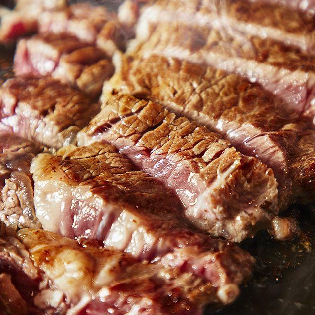 千葉・成田にある【ジャルダンセリーナ】では、バーベキューの主役である牛ロース、味付き牛カルビ、国産牛モモ肉、骨付きフランク、厚切りベーコンなど5 種類の肉からなる充実のラインナップ。さらに今夏は、平日ディナー限定で「厚切り1ポンドステーキ」が登場!ガッツリお肉とビールを楽しんじゃってください♪ #ヒトサラ #ヒトサラビアガーデン #ビアガーデン #ビール #beer #beergarden #千葉 #オシャレ #foodporn #肉 #酒 #おしゃれ #飲み放題 #グルメ #キレイ #ラグジュアリー #drink #夏 #chiba #luxury #女子会 #デート #terrace #成田 #ジャルダンセリーナ #ホテル日航成田 #ステーキ #steak