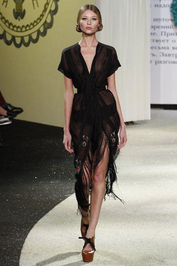 Fransenkleid bei Ulyana Sergeenko Haute Couture