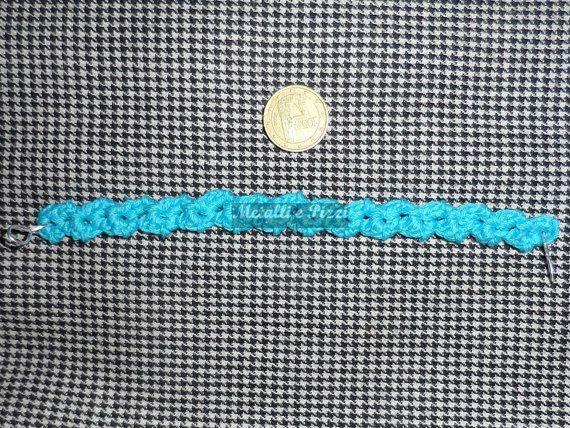 Bracciale in pizzo di cotone azzurro lavorato all'uncinetto, secondo antica tradizione, dalla mia tessitrice, che ha esperienza quarantennale nel campo. La chiusura è in alluminio argentato.