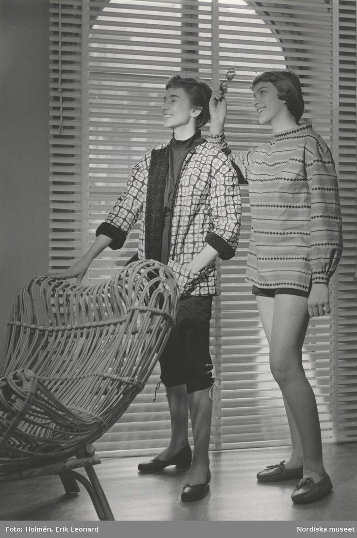 Tonårsmode. Tjej till vänster i mönstrad jacka och knäbyxor vid en korgstol. Tjej till höger i mönstrad tröja och shorts. Fotograf: Erik Holmén, 1953.