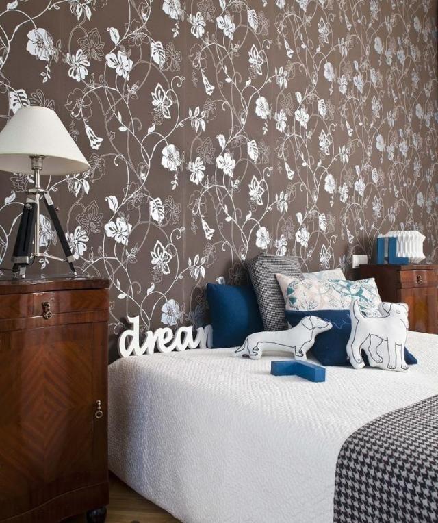 Schlafzimmer Farben Braun Marineblau Weiss Blumenmuster Tapete