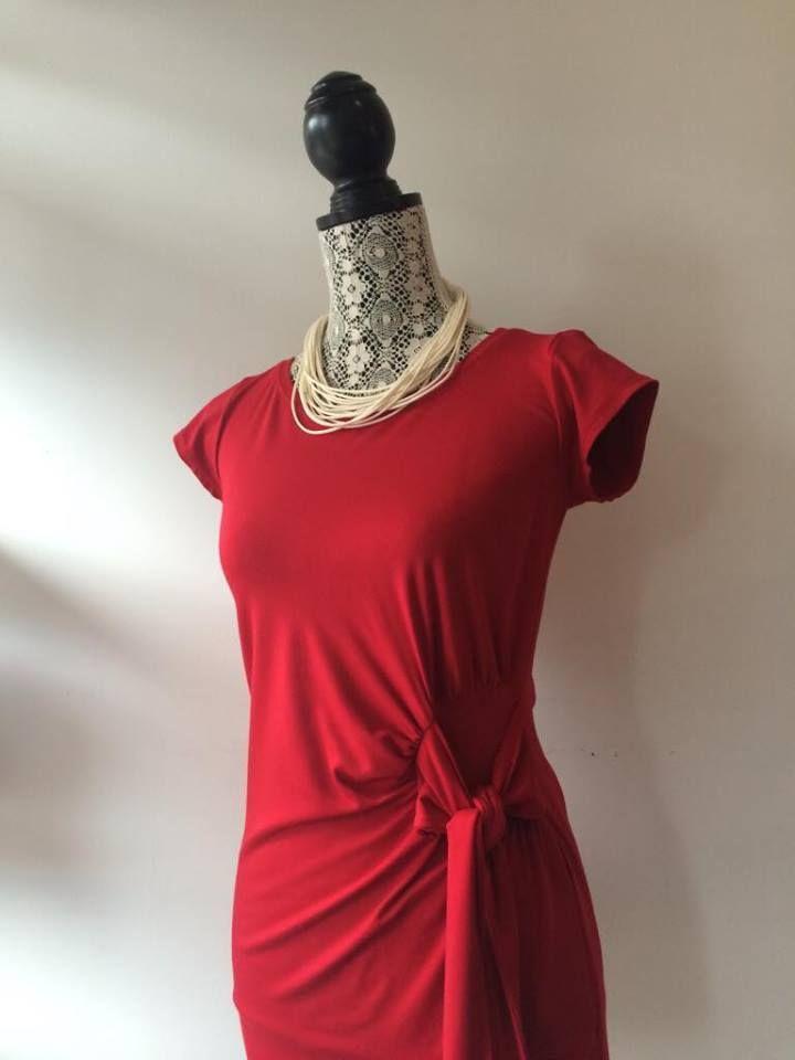 Bon début de semaine et pourquoi ne pas oser le rouge au boulot?!  Chandail par MOOVment Design Collier par bijoux tokade