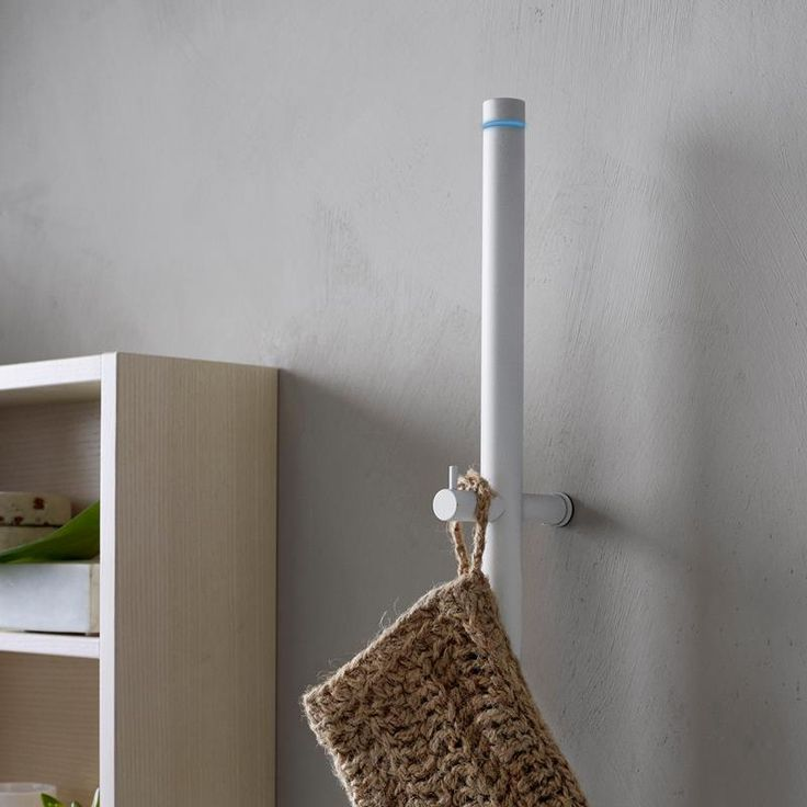Handdukstorken LINE är miljöanpassad på så sätt att den har så låg effekt som 29 W att den blir energisnål i drift. När duschhandduken hängs luftigt runt den vertikala stången på en LINE torkar den smartare än när du tvingas vika den i flera lager för att få plats på traditionell handdukstork i form av en stege, som dessutom ofta drar många gånger mer el.