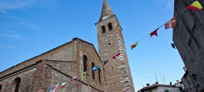 """La Basilica di Santa Eufemia, caratterizzata da edifici paleocristiani, sorge nella splendida cornice di Campo dei Patriarchi nella """"città vecchia"""" a Grado."""