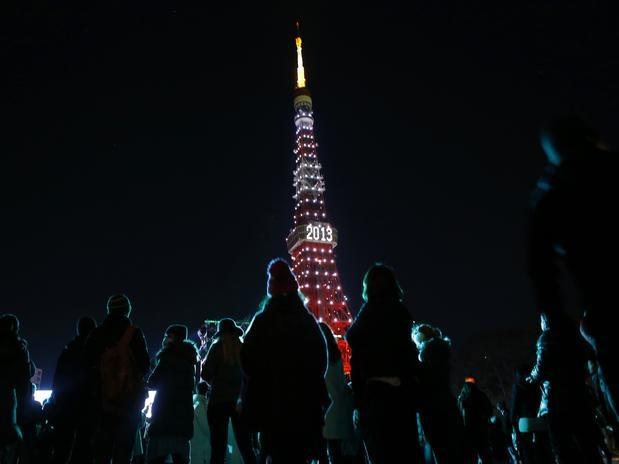 Chegada de 2013 - JAPÃO - Pessoas olham para a Torre de Tóquio, iluminada para celebrar a chegada de 2013 no Japão. Foto: Reuters