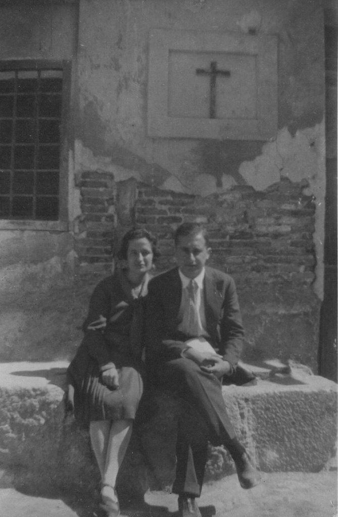 Antonio Oliver y Carmen Conde en la iglesia de los Pasos de Santiago (Murcia), septiembre de 1927.