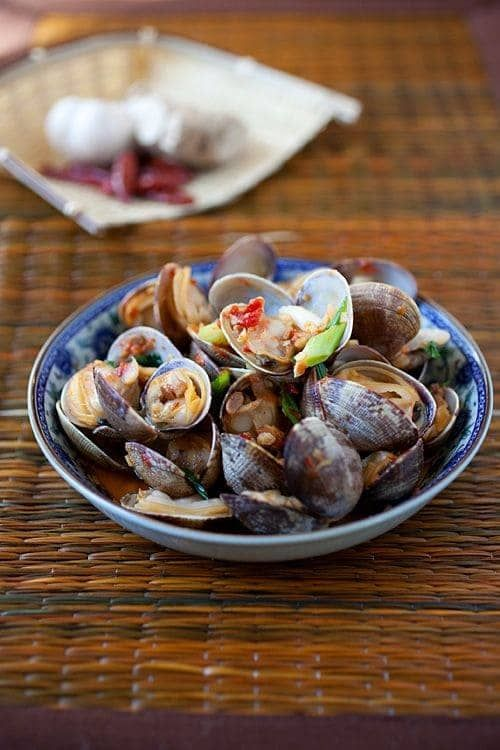 Chili Clams Recipe – The briny and sweet flavours of clams pair perfectly with… – Debbie Yam