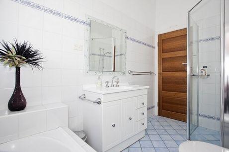 Цвет можно ввести и в отделке пола. Если на стенах — белая плитка для ванной, то полы могут быть нейтральными или цветными. Это смотрится вполне естественно и привычно — полы традиционно делали темнее стен.