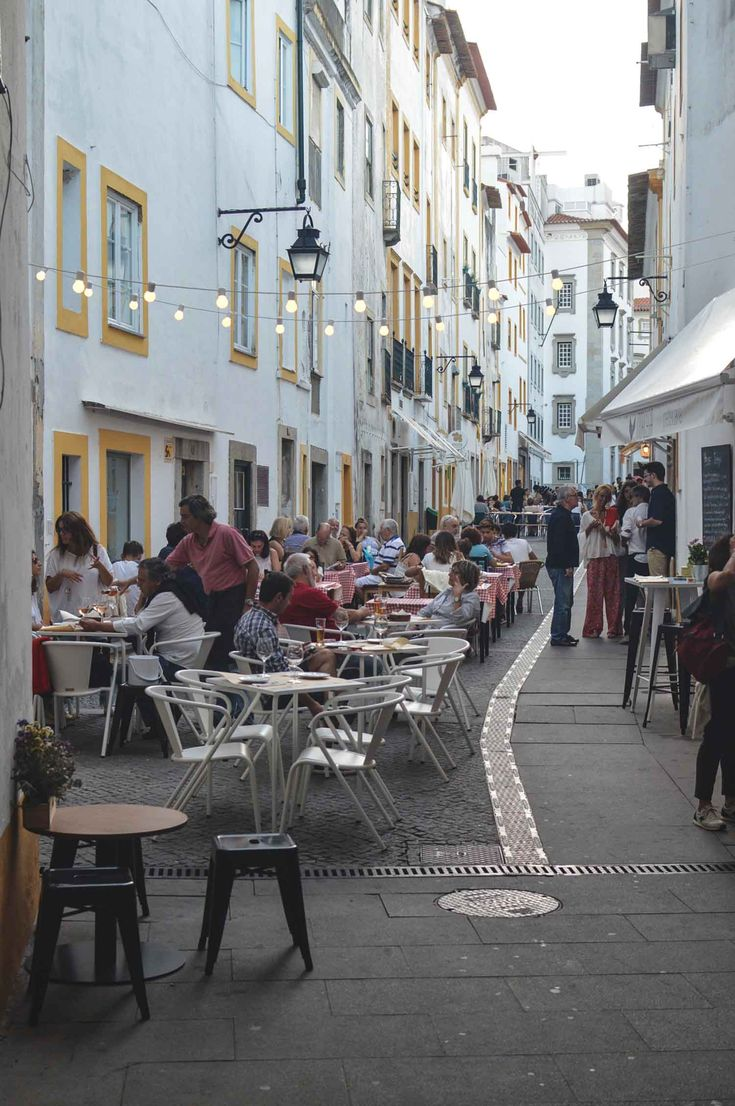 The always busy Rua Alcarcova de Baixo in Évora, Portugal | heneedsfood.com