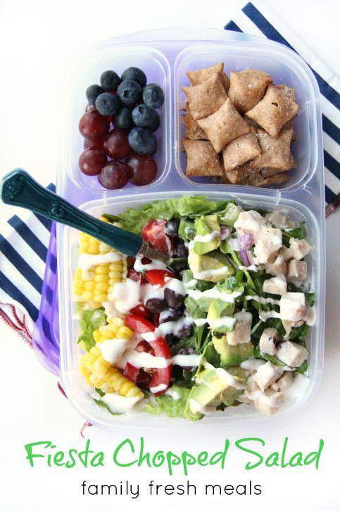 Fiesto salade, met maïs, avocado, kip en tomaatjes.