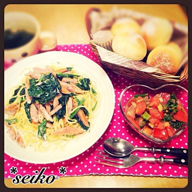 今夜の夕食です♡  亜矢子さんの美味しいサラダの タコをサーモンと まぐろに変えて いただいています。  さっぱりしていて いくらでも食べちゃいます←危険w 亜矢子さん 食べ友 お願いします   ほうれん草のクリームパスタ       (レシピは後程♡) トマトとサーモン・まぐろのサラダ プチパン わかめスープ - 105件のもぐもぐ - 今夜の夕食♡ 1人分からOK‼︎簡単ほうれん草のクリームパスタetc by seiko111