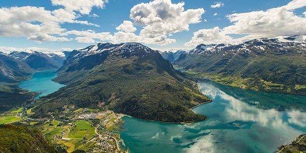Hotel Alexandra er eit tradisjonsrikt og familiedrive hotell i Stryn i Indre Nordfjord. Alexandra er likevel moderne, og kjend for si særeigne og personlege atmosfære. Loen byr på fantastisk natur og utflukter i imponerande omgjevnader!