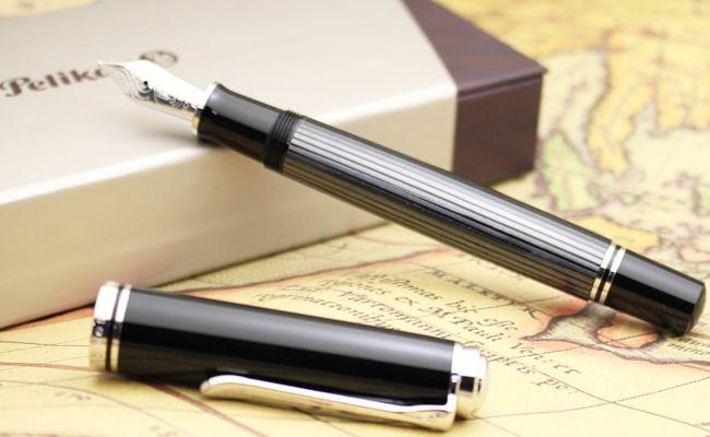 書くことにおいて完璧なバランスを持つ定番中の定番万年筆、 ペリカンM800の新製品ブラックストライプです。                              このペリカンM805ブラックストライプにはシュトレーゼマンという愛称がつけられています。 1926年にフランス外相アリスティード・ブリアンと共にノーベル平和賞を受賞した ヴァイマル共和国の外相だったグスタフ・シュトレーゼマンは、 細いストライプのスーツを好みました。時を経てペリカンの ストライプ万年筆をシュトレーゼマンと呼ばれるように なったことから由来しています。 【仕様】 ●ペン先:ロジウムプレート18金 ●文字幅:極細/細字/中字/太字  ●サイズ:長さ:約140mm(収納時)・最大胴軸径:約14mmφ(クリップを除く) ・重さ:約29g ●機構: ピストン吸入式