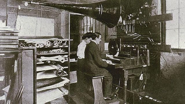 """""""Musik aus der Leitung - als würde man Wasser oder Gas aufdrehen"""" - mit diesem utopischen Slogan lockte Thaddeus Cahill ab 1897 scharenweise Investoren an. Die brauchte der US-Erfinder auch, denn möglich war das nur durch den Bau eines """"Telharmoniums"""", des wohl bizarrsten Instruments der Geschichte. Die Rechnung ging auf. Doch 1914 war die Idee schon wieder tot und Cahill bankrott."""