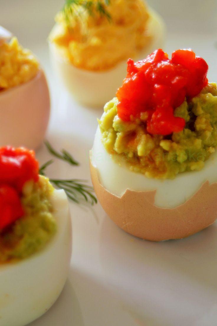 Faszerowane jajka wyglądają bardzo atrakcyjnie, dzięki wykwintnym farszom są przepyszne. Podaj takie jajka na święta wielkanocne. http://babkaikanapka.pl/czym-faszerowac-jajka-na-wielkanoc-i-nie-tylko/