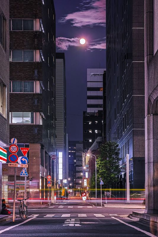 Moon - Kyobashi, Tokyo, Japan ©Hideo Ishijima 東京 京橋
