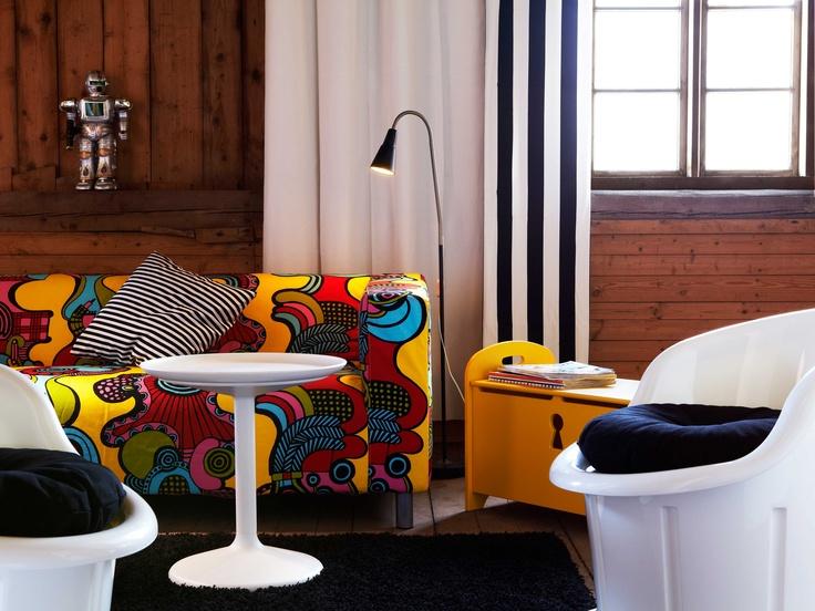 IKEA Österreich, Inspiration, Wohnzimmer, Sofa KLIPPAN, Tabletttisch IKEA PS SANDSKÄR, Leseleuchte KVART, Teppich HAMPEN, Meterware SOFIA, Banktruhe TROGEN, Polstersessel POPPTORP