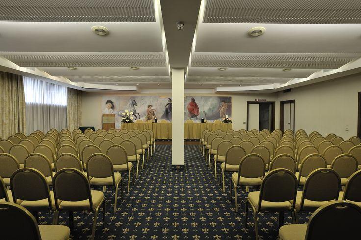 Sala Pinturicchio, con arredamento comodo e funzionante, adatta ad ogni tipo di riunione.
