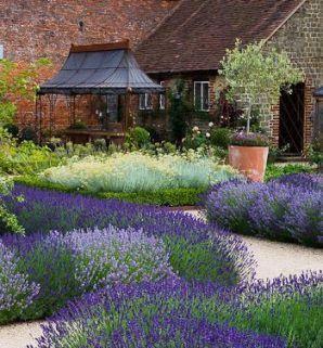 подумайте о том, где выбрать место под цветник. Клумба из многолетних растений во дворе частного дома станет настоящим украшением экстерьера и подчеркнет вашу индивидуальность.