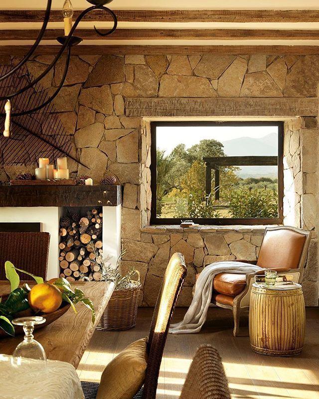 La naturaleza se ha hecho con el papel protagonista en este casa. Se nota, ¿verdad? Y es tan bonita que hasta las ventanas la enmarcan como si fuera un cuadro (toda en el link de la bio)  #elmueble #casa #house #campo #country #natural #naturaleza #nature #madera #wood #piedra #stone #fachadasdecasasconpiedra
