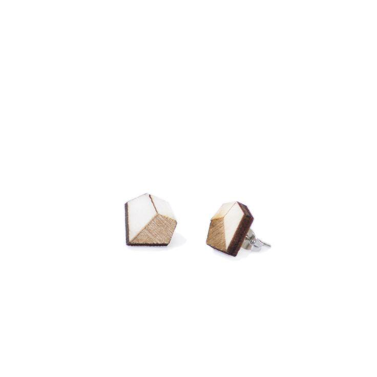 Kleine diamantjes, gelaserd uit berkentriplex en voorzien van een platina oorsteker. Gemaakt in gelimiteerde oplage.